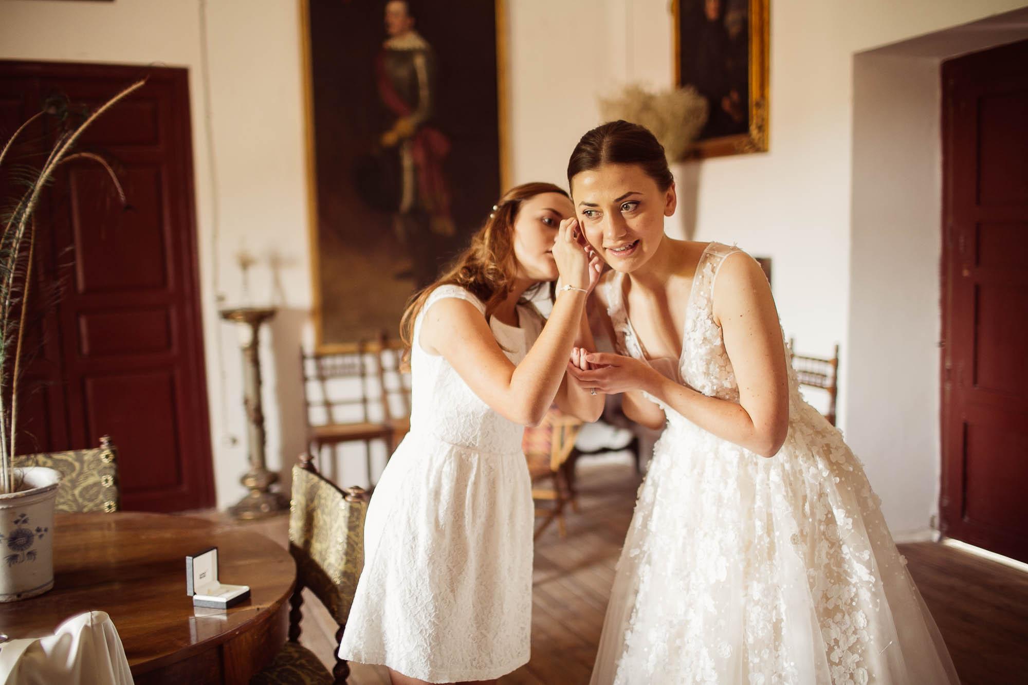 La hermana pone los pendientes a la novia