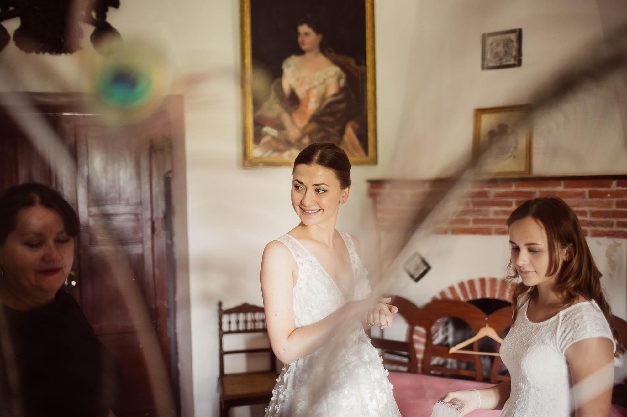 La novia sonríe antes de la boda