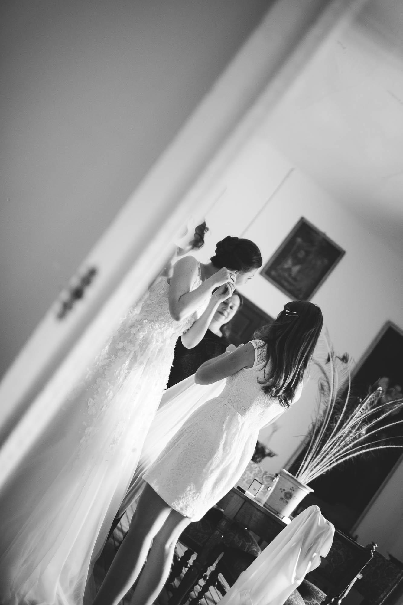 La novia se pone los pendientes