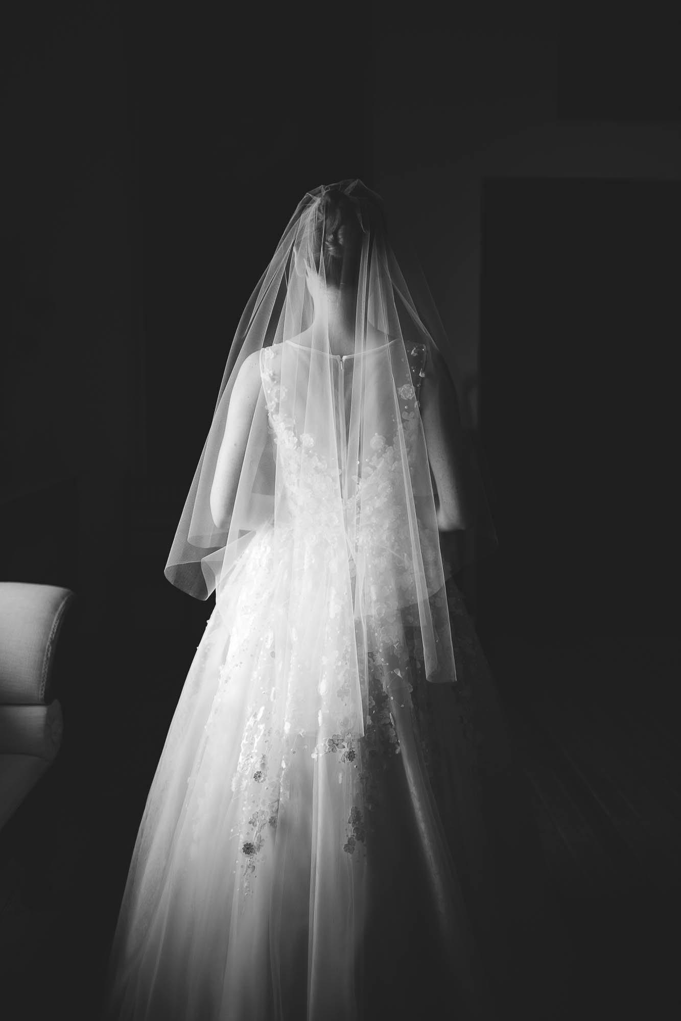 La novia de espaldas mostrando el velo