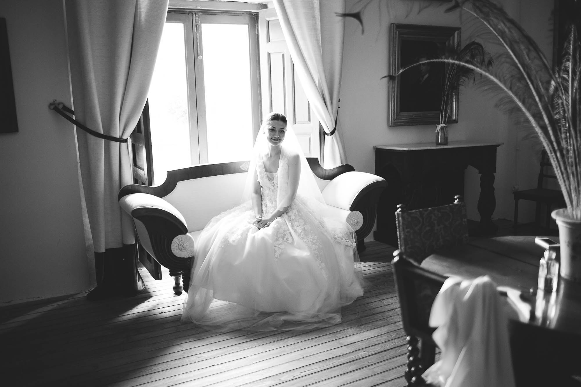 La novia espera sentada en el sofá