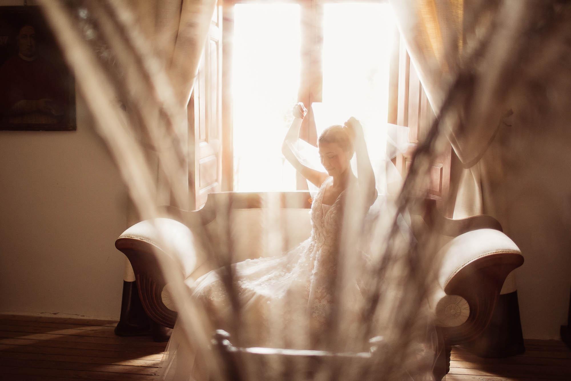 La novia sentada en el sofá se prepara para la boda