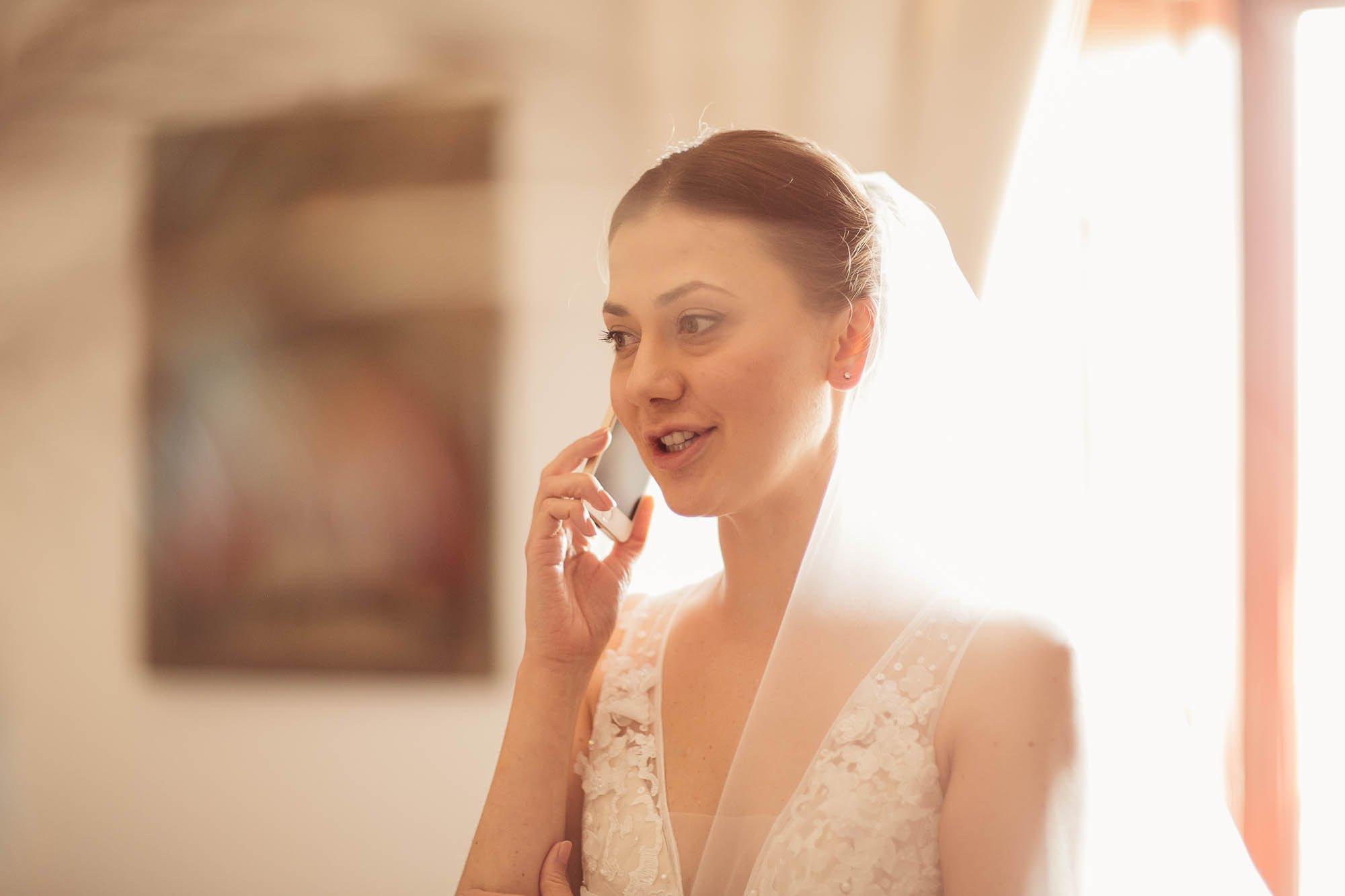 Novia hablando por teléfono antes de la boda