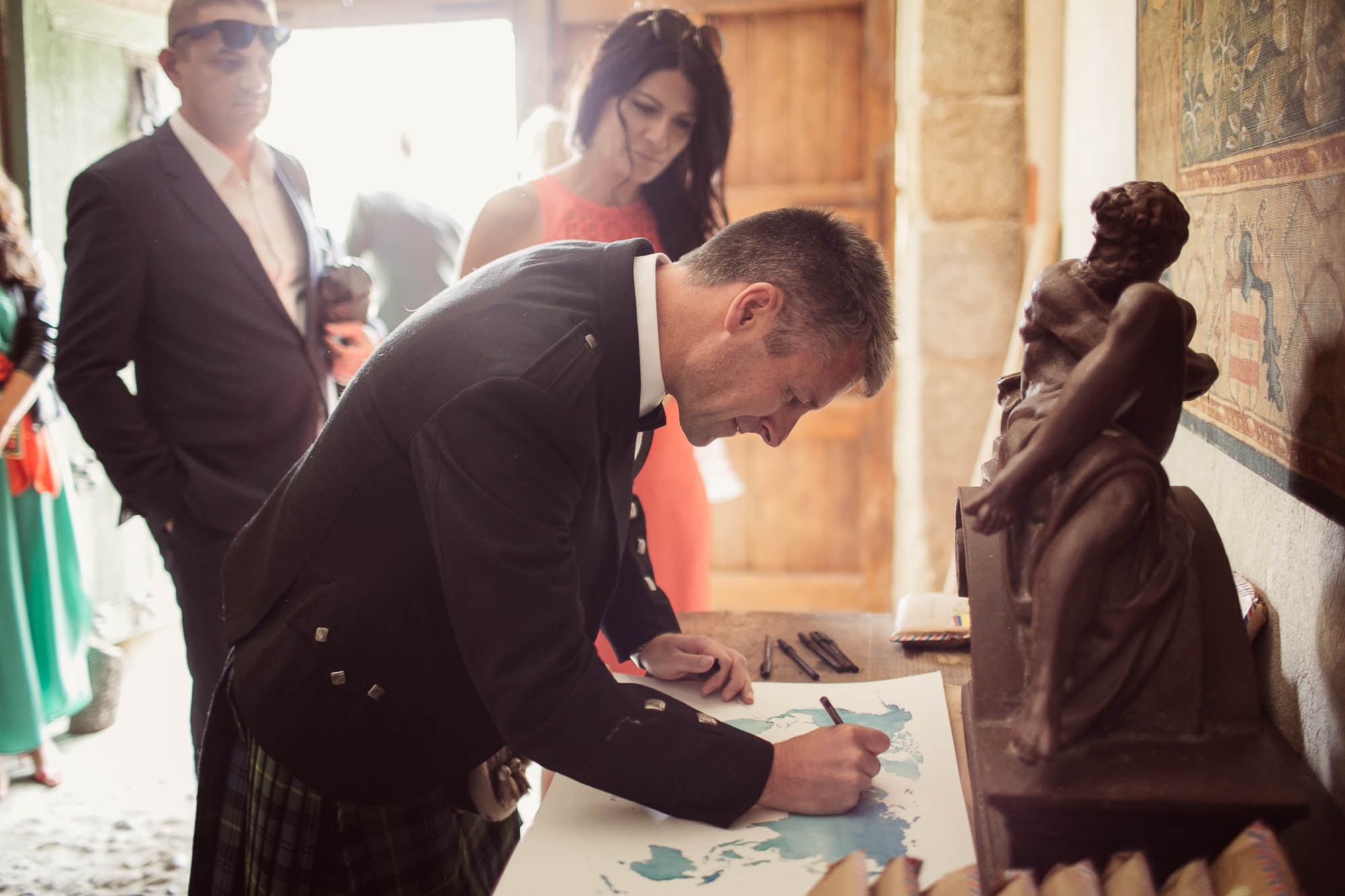 Testigo firmando el libro de firmas en la ceremonia