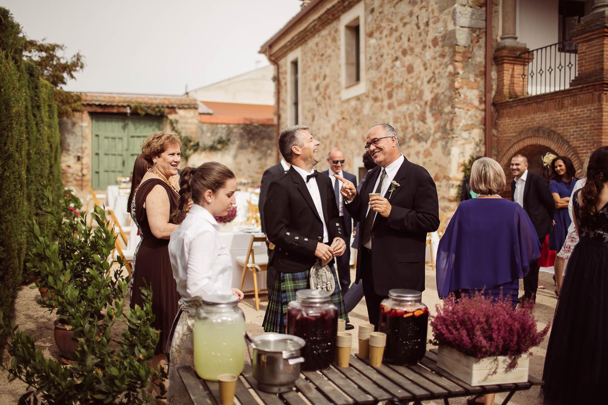 Invitados durante el cóctel