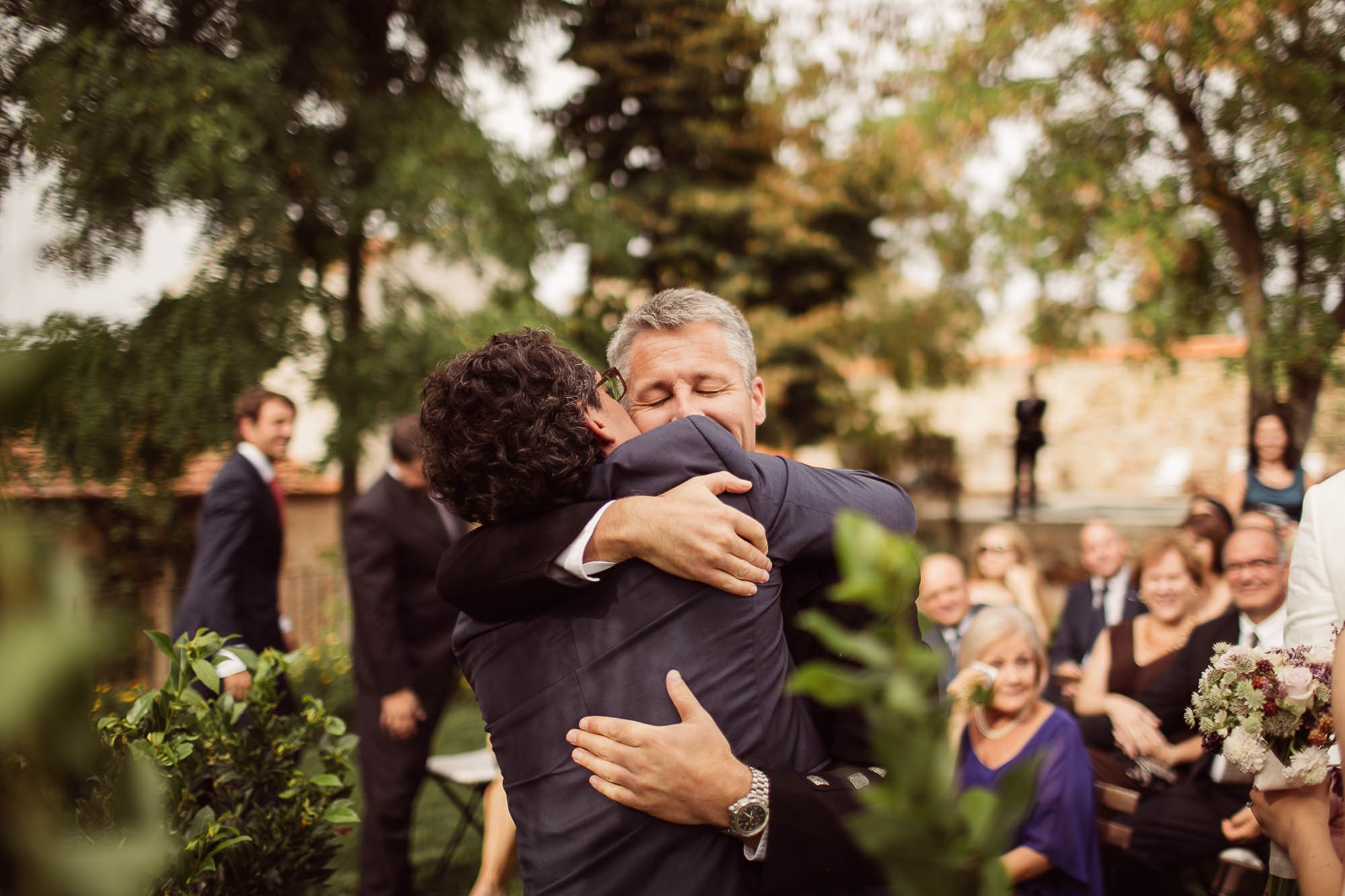 Novio abraza a su padre el día de la boda