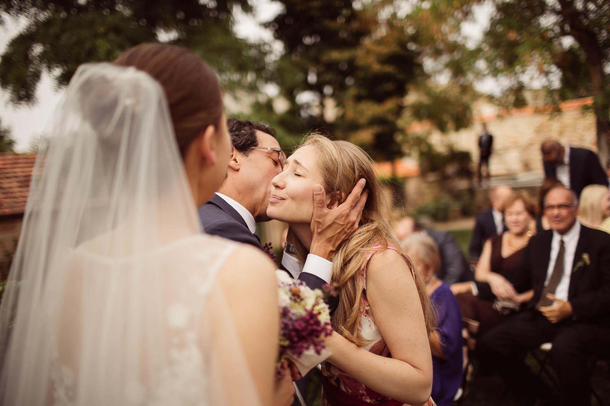 Novio besa a la invitada el día de la boda