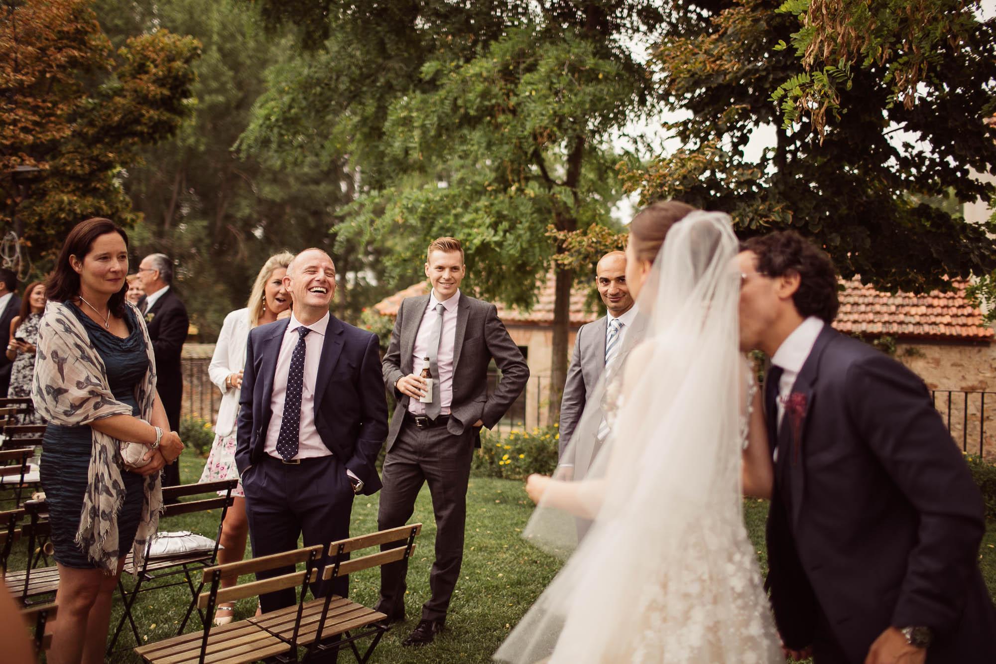 Los novios saludan a los invitados después de la ceremonia