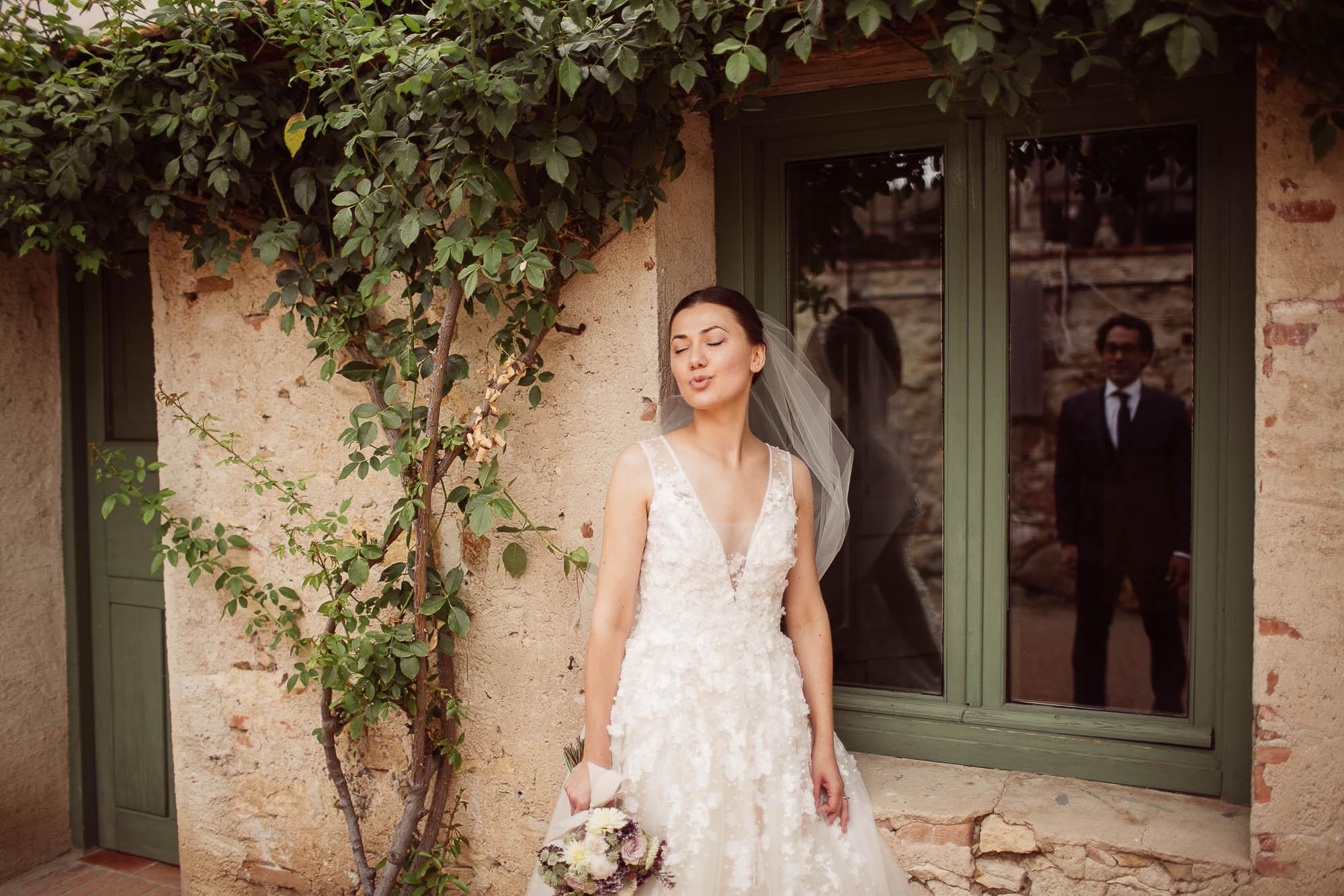La novia habla con el novio el día de la boda