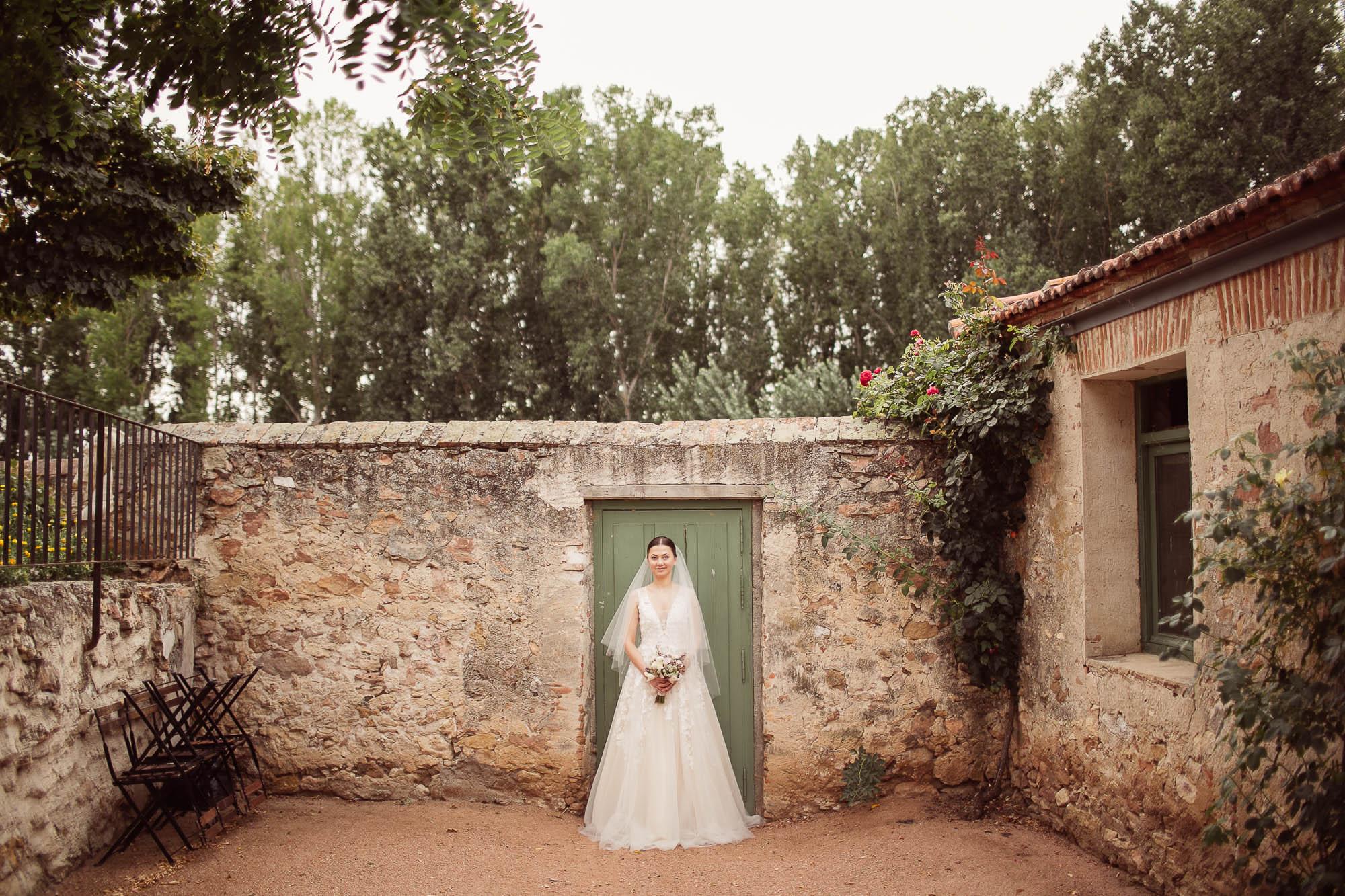 La novia posa en el patio de la casa antigua