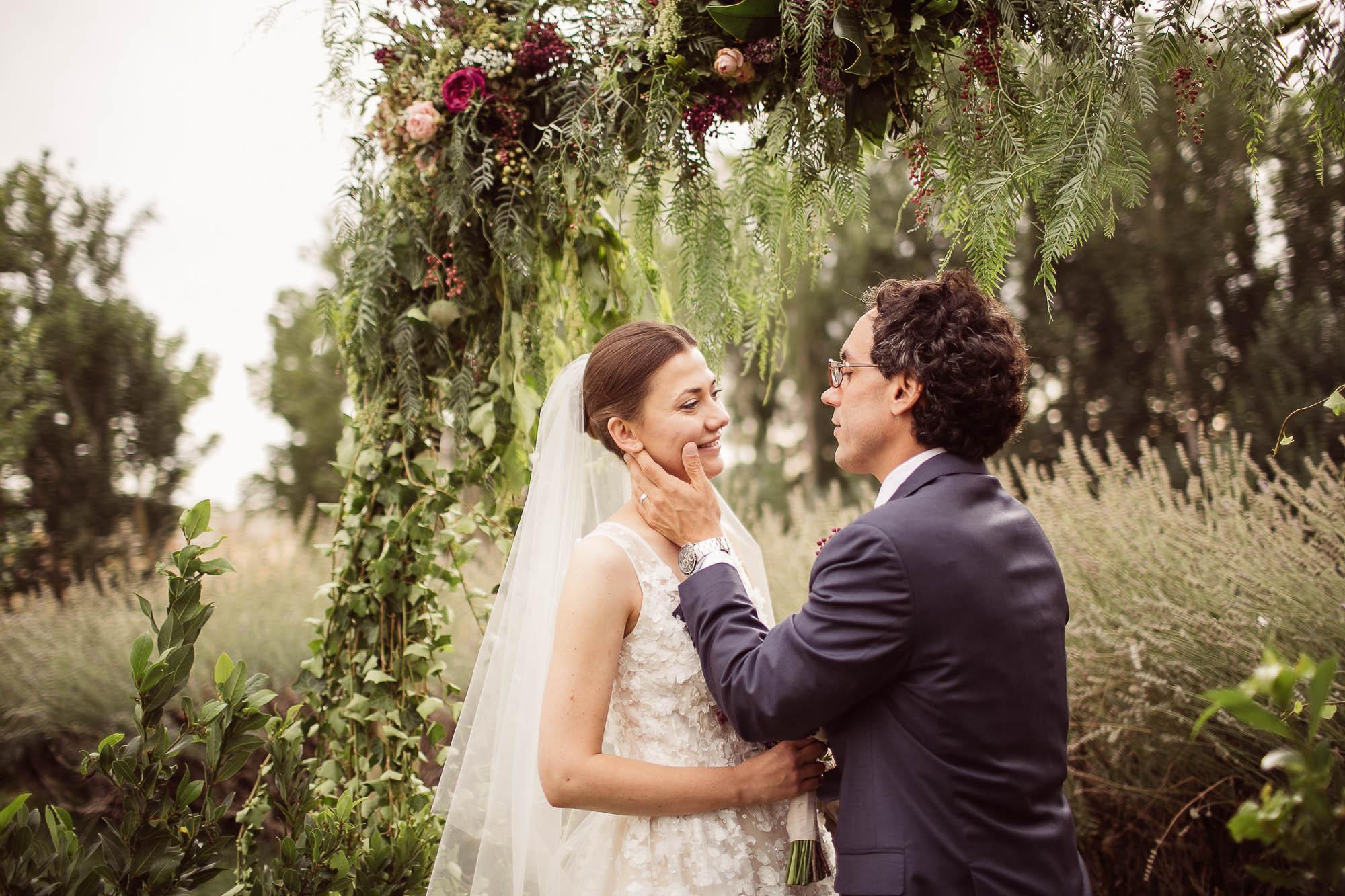 El novio acaricia a la novia en el altar