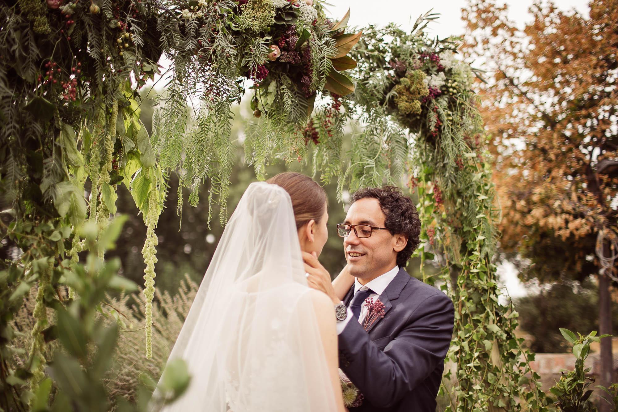 El novio mira a la novia en el altar