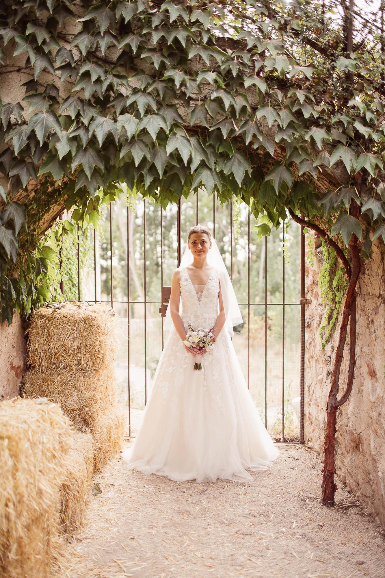 La novia sonríe de pie el dia de la boda