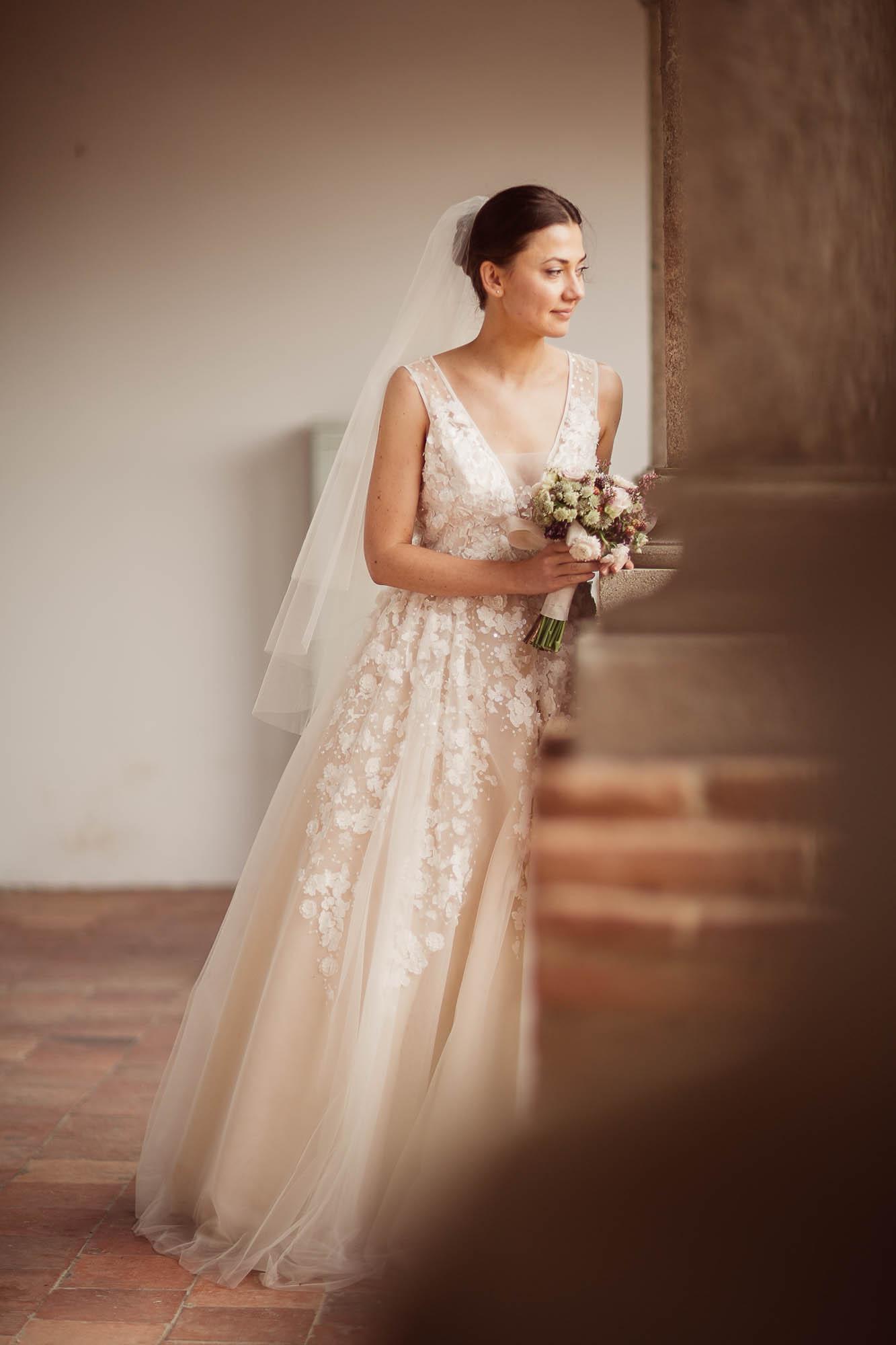 La novia sostiene el ramo de boda