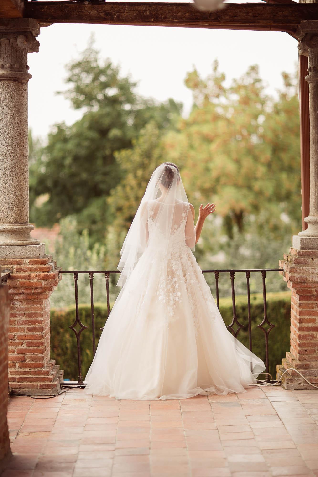 La novia saluda a los invitados desde el balcón