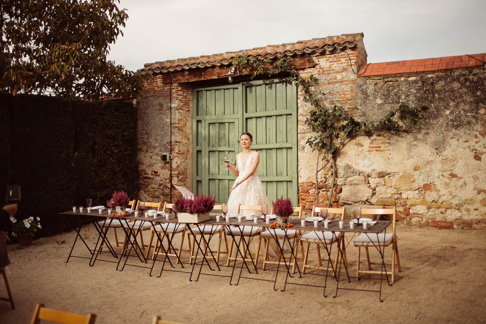 La novia espera a los invitados junto a las mesas