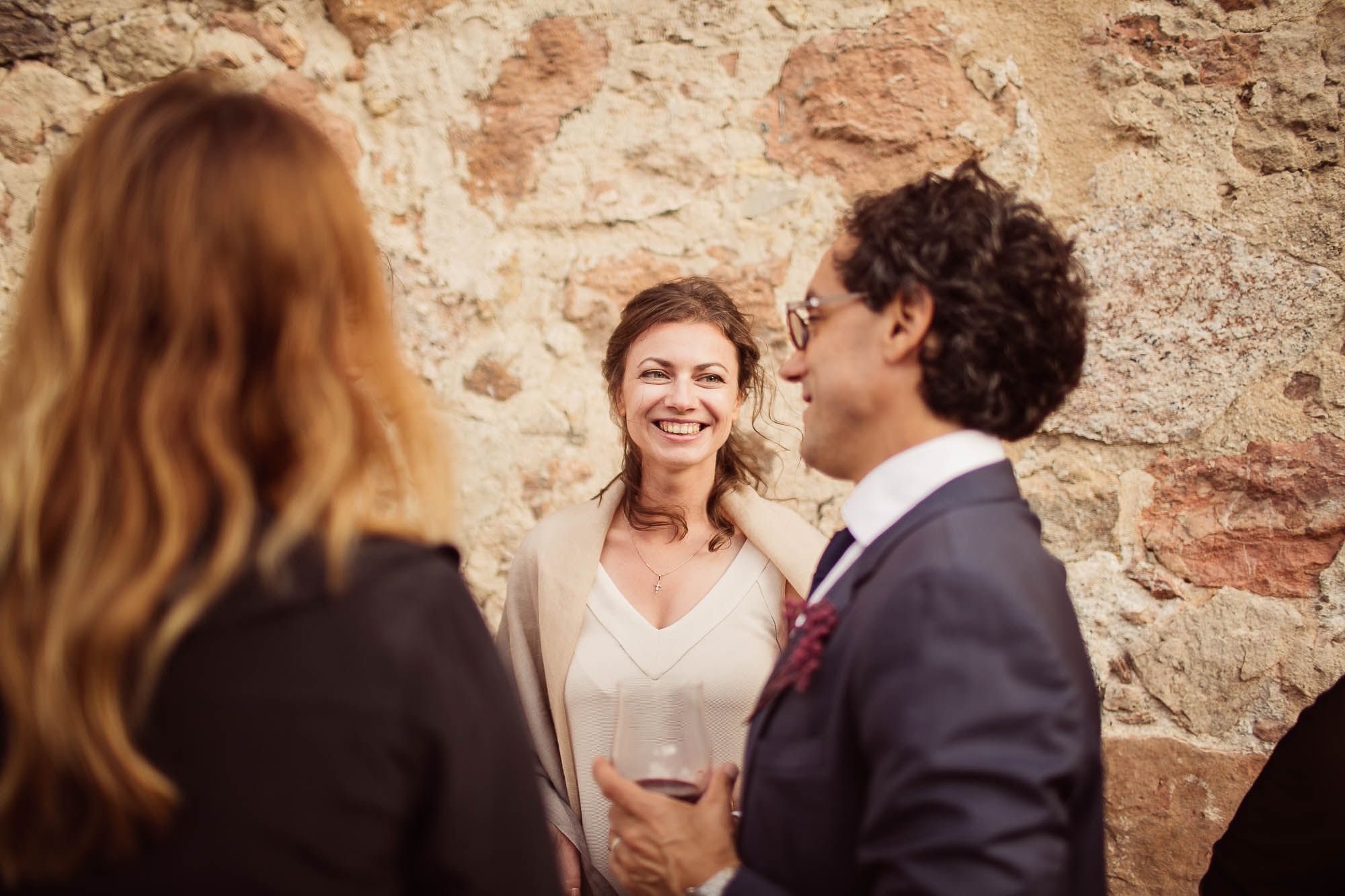 Invitada hablando con el novio durante el cóctel