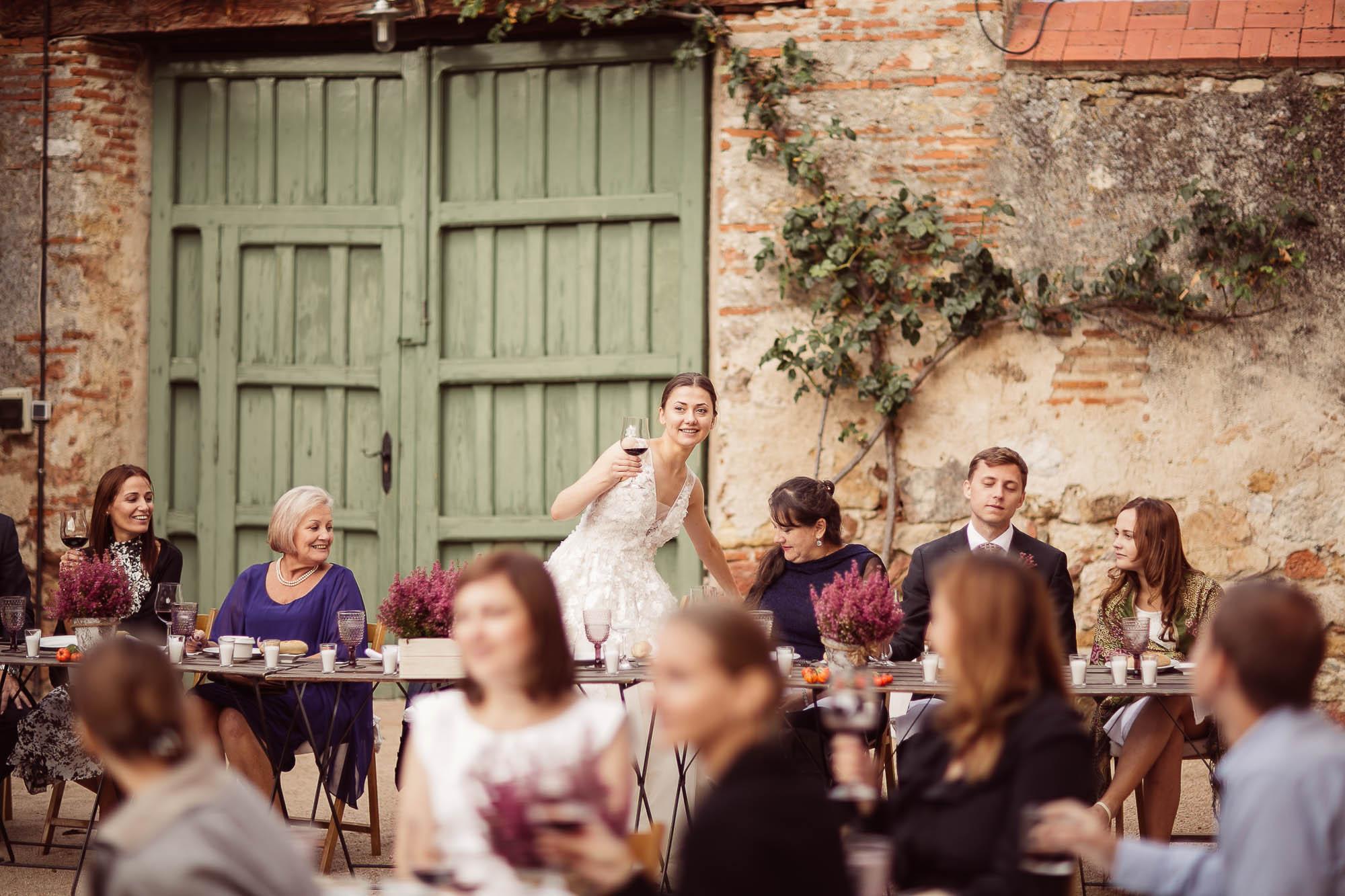 Las novia hace un brindis en la boda