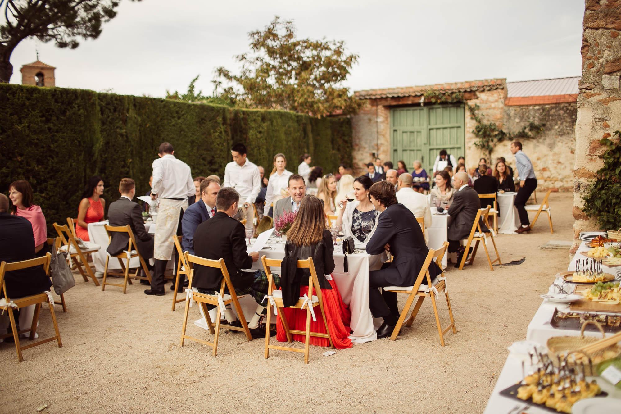 Los invitados en la comida de la boda