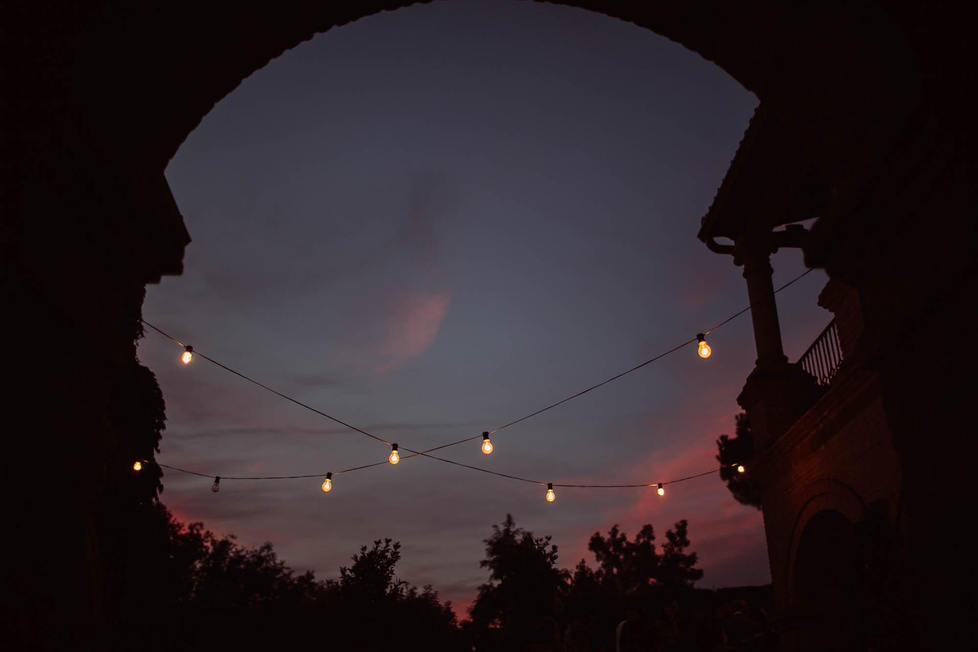 atardecer con luces el dia de la boda