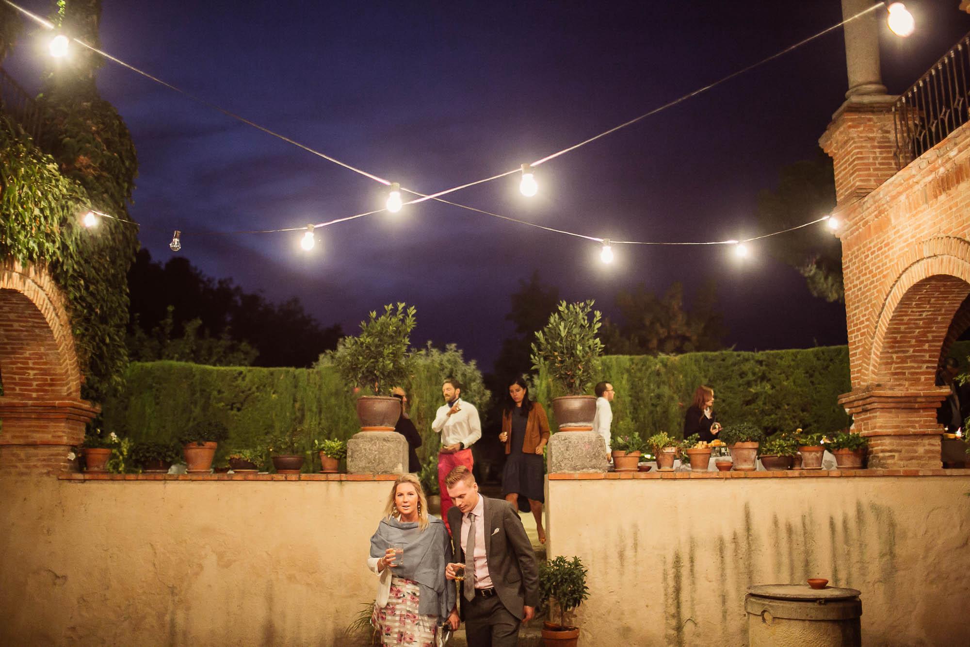 Invitados de noche en la boda