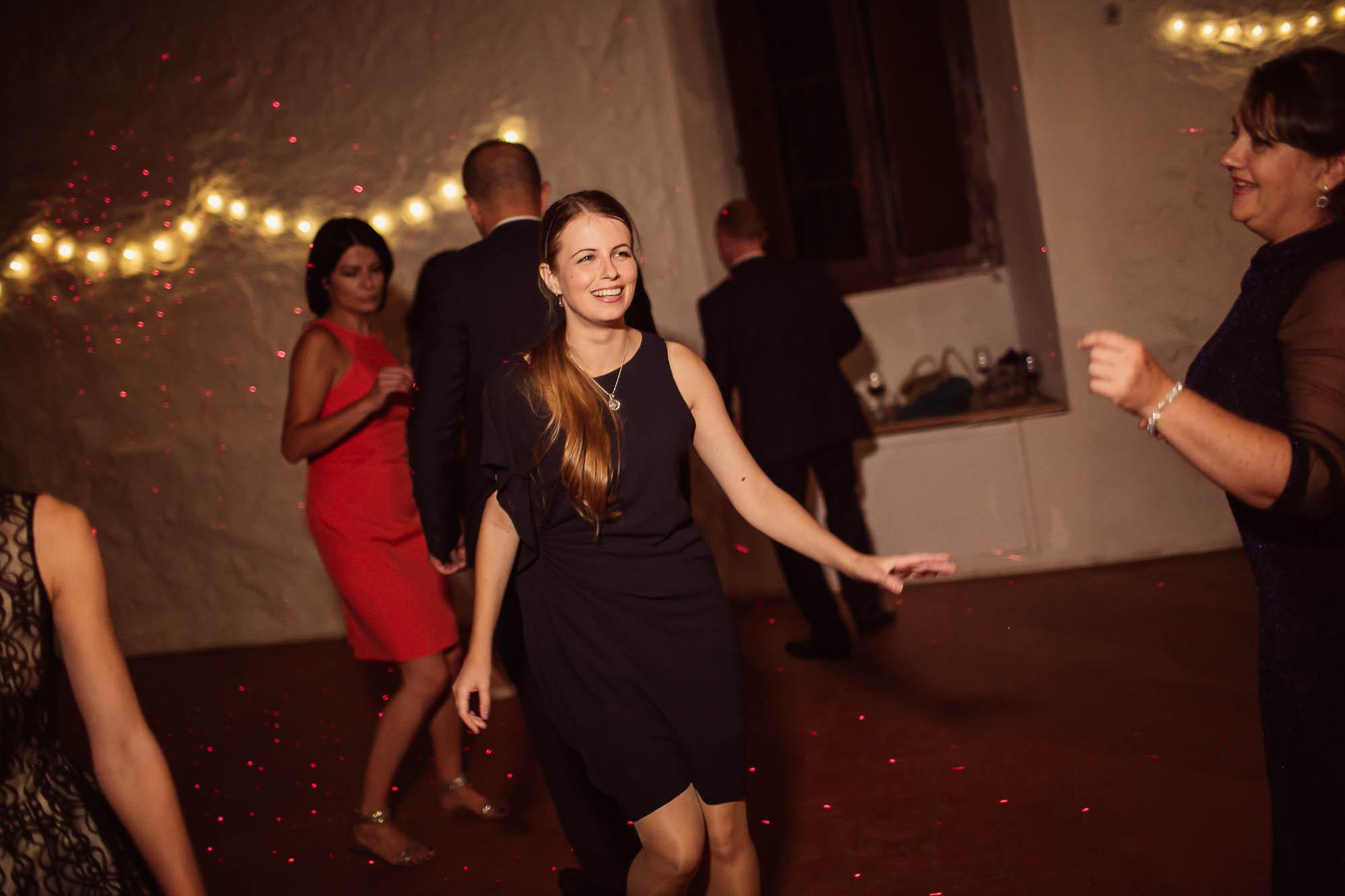 Invitados durante el baile de la boda