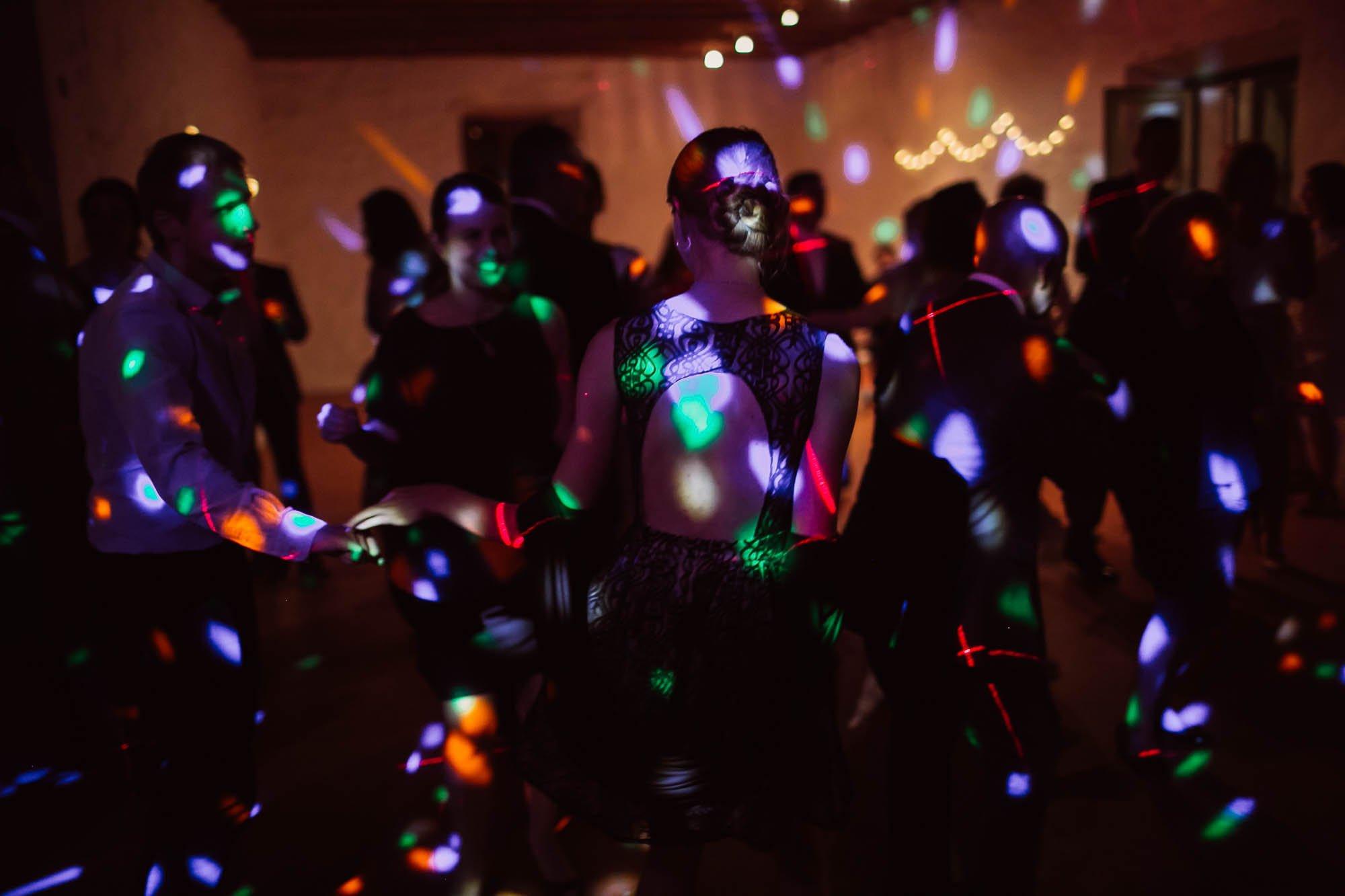 Los invitados bailan en la fiesta de la boda